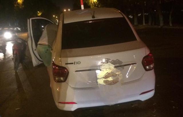 Hà Nội: Hyundai Grand i10 leo dải phân cách lúc nửa đêm - Ảnh 2.