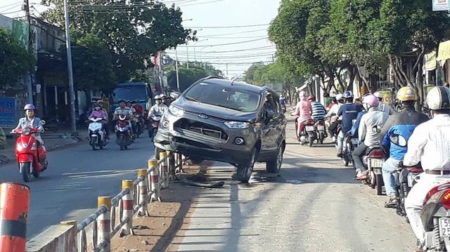 Sài Gòn: Ford EcoSport nằm chênh vênh trên hàng rào chắn