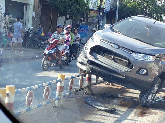 Sài Gòn: Ford EcoSport nằm chênh vênh trên hàng rào chắn - Ảnh 1.