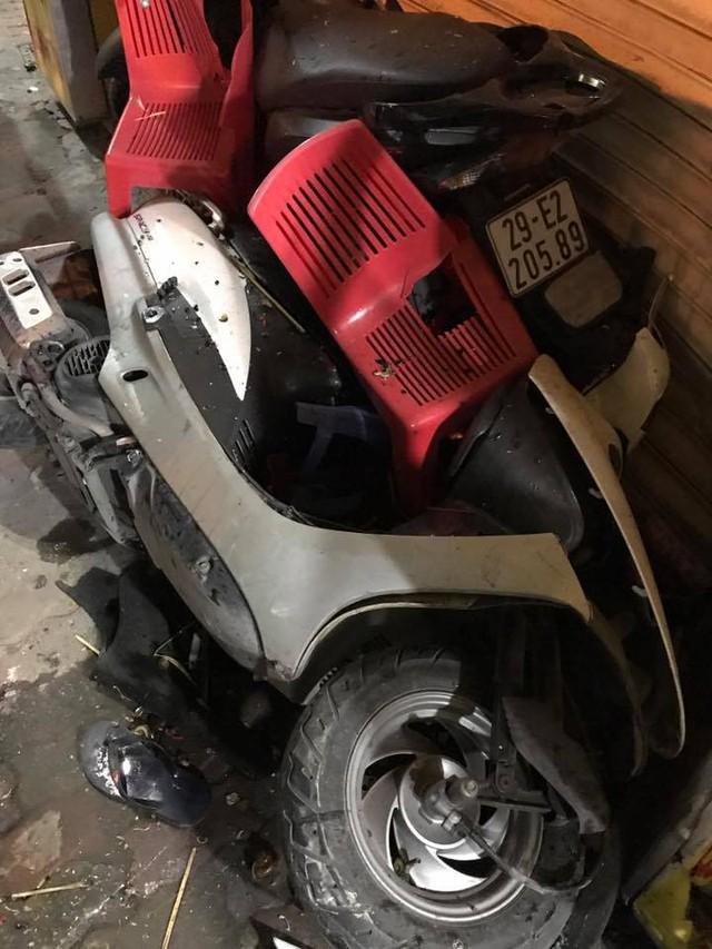Hà Nội: Tài xế Honda CR-V lùi xe quá đà, hạ gục 2 xe tay ga và taxi, 1 người gãy chân - Ảnh 3.