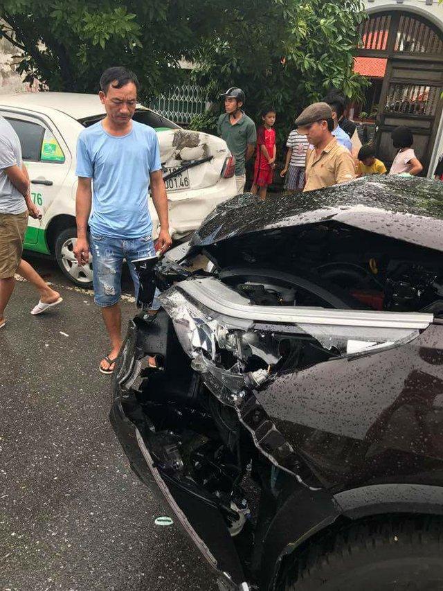 Nam Định: Tông vào đuôi xe taxi, Toyota Fortuner 2017 hư hỏng nặng đầu xe - Ảnh 1.