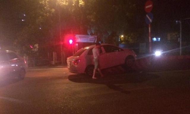 Hà Nội: Hyundai Grand i10 leo dải phân cách lúc nửa đêm - Ảnh 1.