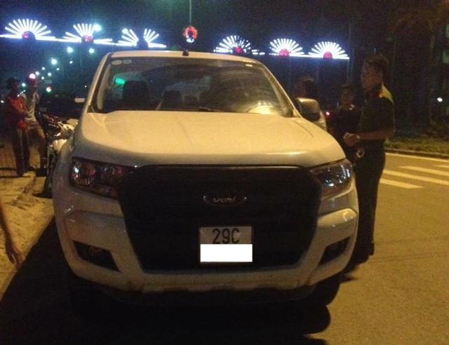 Nghệ An: Ford Ranger va chạm với xe máy rồi bỏ chạy, 2 người bị thương nặng - Ảnh 1.