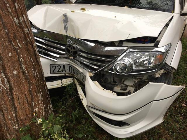 Toyota Fortuner đâm bẹp đầu nhưng không bung túi khí - Ảnh 2.