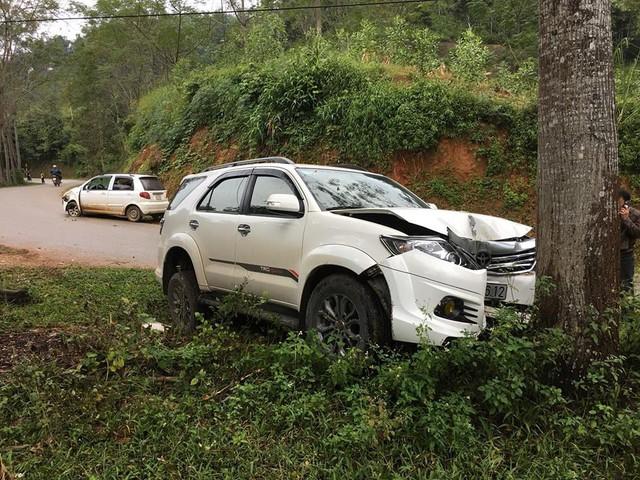 Toyota Fortuner đâm bẹp đầu nhưng không bung túi khí - Ảnh 3.