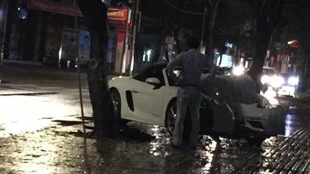 """Cư dân mạng xót xa hình ảnh Porsche mui trần """"nát đầu"""" tại Sài thành"""