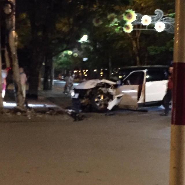 Hải Phòng: Range Rover mất lái, đâm vào cột điện, đầu xe nát bét - Ảnh 1.