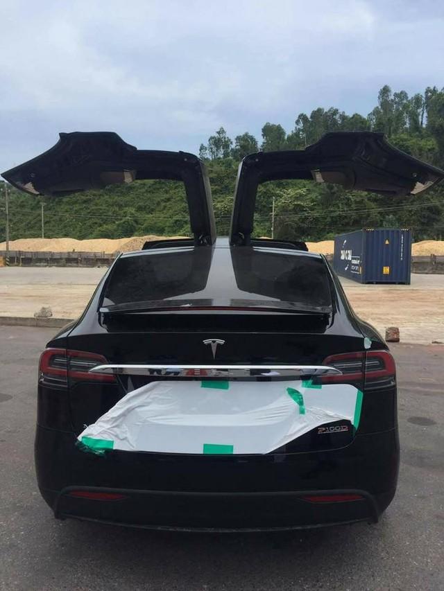 Vất vả như đưa Tesla Model X P100D đầu tiên tại Việt Nam ra khỏi container - Ảnh 2.