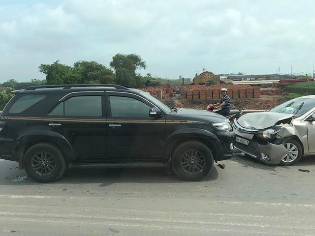 Bắc Ninh: Toyota Fortuner vượt ẩu gây tai nạn kinh hoàng cho Toyota Vios  - Ảnh 1.
