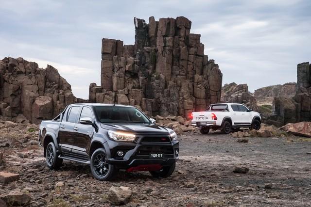 Toyota Hilux sẽ hầm hố hơn để cạnh tranh Ford Ranger Raptor - Ảnh 1.