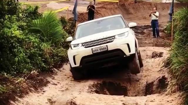 """Land Rover Discovery 2018 gây choáng khi vượt qua hố sâu """"dễ như ăn kẹo"""""""