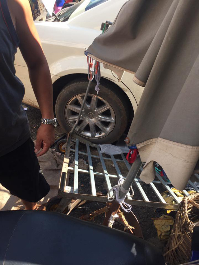 Chrysler 300C độ lao vào trung tâm thương mại Pleiku, 3 người bị thương nặng - Ảnh 2.