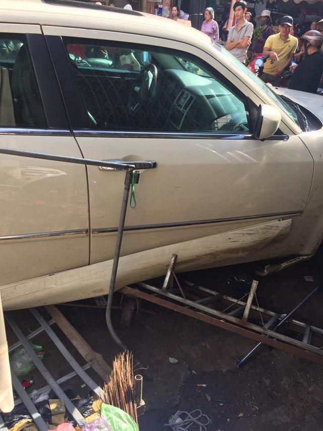 Chrysler 300C độ lao vào trung tâm thương mại Pleiku, 3 người bị thương nặng - Ảnh 1.