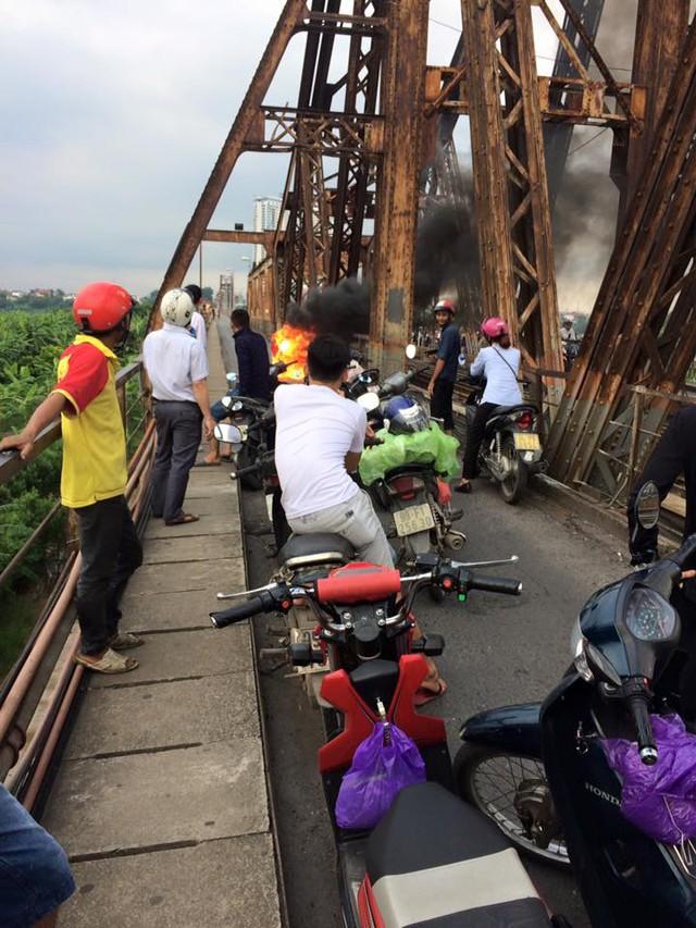 SYM Attila Elizabeth cháy như đuốc trên cầu Long Biên - Ảnh 3.