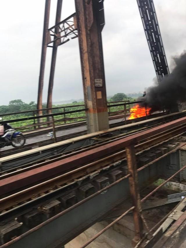 SYM Attila Elizabeth cháy như đuốc trên cầu Long Biên - Ảnh 2.