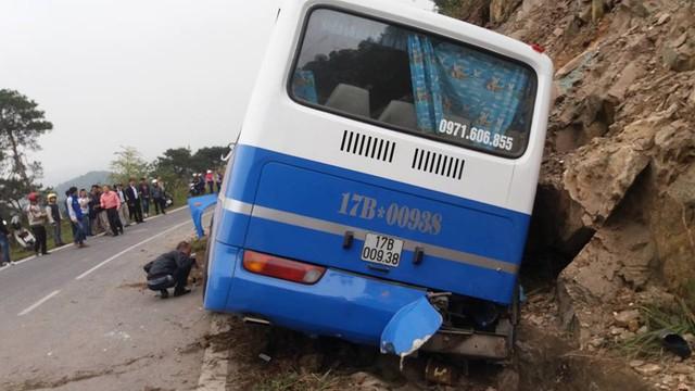 Hà Nội: Xe khách 45 chỗ lao vào vách núi, 1 người tử vong - Ảnh 1.