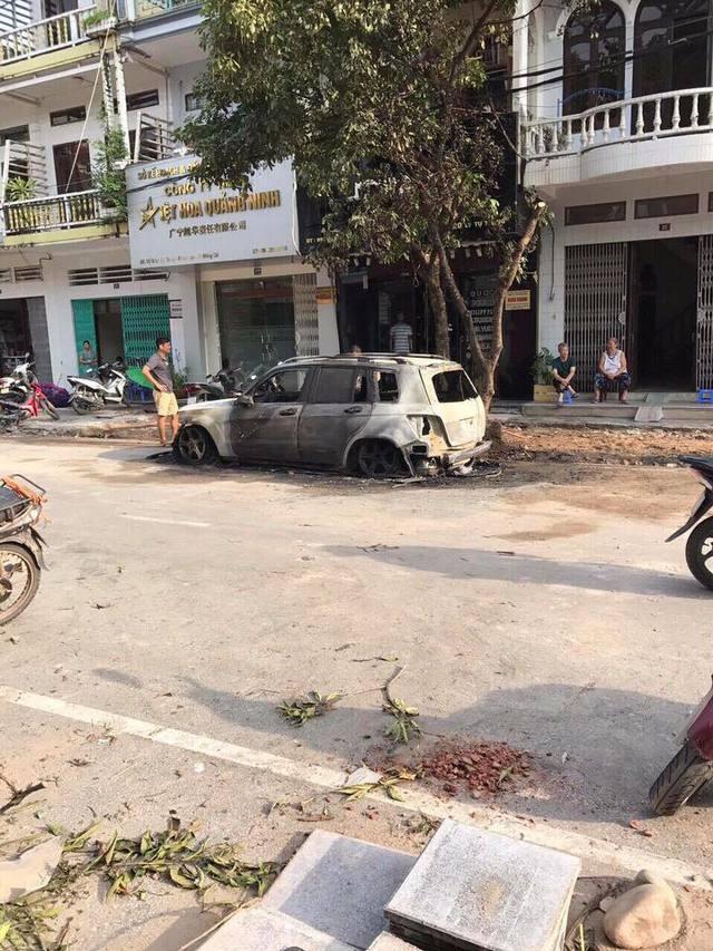 Quảng Ninh: Mercedes-Benz GLK cháy như đuốc trong đêm - Ảnh 2.