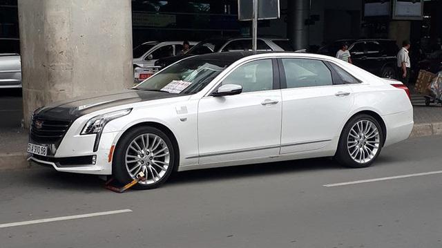 Sedan hạng sang Cadillac CT6 bị khóa bánh tại sân bay Tân Sơn Nhất