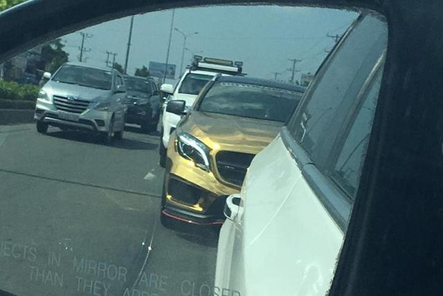 Mercedes-Benz GLA 45 AMG chói lóa với bộ cánh vàng crôm - Ảnh 2.