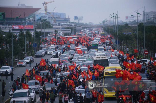 Chùm ảnh: Người hâm mộ đổ xô đi đón U23 Việt Nam, đường đến sân bay Nội Bài ngập tràn sắc cờ bay - Ảnh 1.