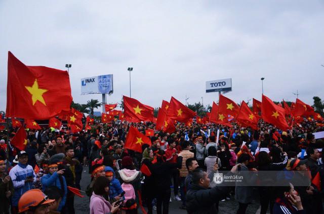 Chùm ảnh: Người hâm mộ đổ xô đi đón U23 Việt Nam, đường đến sân bay Nội Bài ngập tràn sắc cờ bay - Ảnh 2.