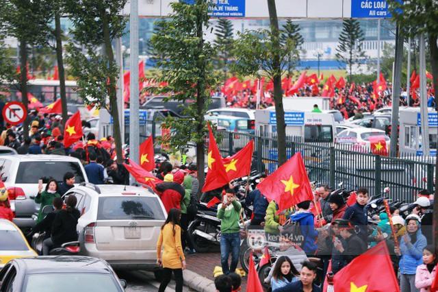 Chùm ảnh: Người hâm mộ đổ xô đi đón U23 Việt Nam, đường đến sân bay Nội Bài ngập tràn sắc cờ bay - Ảnh 12.