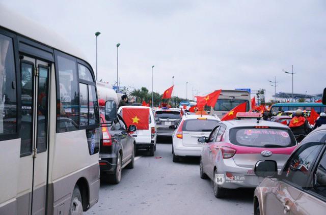 Chùm ảnh: Người hâm mộ đổ xô đi đón U23 Việt Nam, đường đến sân bay Nội Bài ngập tràn sắc cờ bay - Ảnh 14.