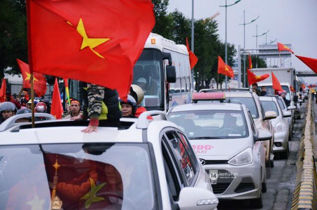 Chùm ảnh: Người hâm mộ đổ xô đi đón U23 Việt Nam, đường đến sân bay Nội Bài ngập tràn sắc cờ bay - Ảnh 15.