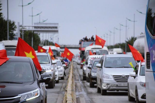 Chùm ảnh: Người hâm mộ đổ xô đi đón U23 Việt Nam, đường đến sân bay Nội Bài ngập tràn sắc cờ bay - Ảnh 16.