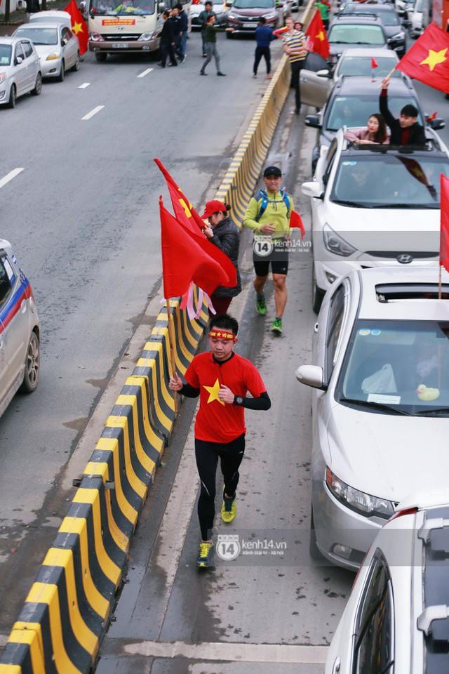 Chùm ảnh: Người hâm mộ đổ xô đi đón U23 Việt Nam, đường đến sân bay Nội Bài ngập tràn sắc cờ bay - Ảnh 3.