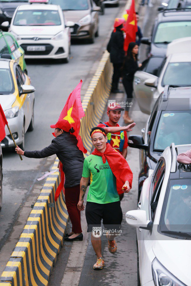 Chùm ảnh: Người hâm mộ đổ xô đi đón U23 Việt Nam, đường đến sân bay Nội Bài ngập tràn sắc cờ bay - Ảnh 4.