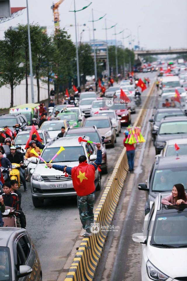 Chùm ảnh: Người hâm mộ đổ xô đi đón U23 Việt Nam, đường đến sân bay Nội Bài ngập tràn sắc cờ bay - Ảnh 5.