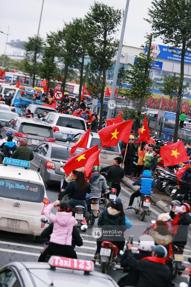 Chùm ảnh: Người hâm mộ đổ xô đi đón U23 Việt Nam, đường đến sân bay Nội Bài ngập tràn sắc cờ bay - Ảnh 6.