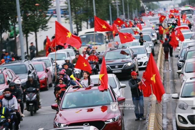 Chùm ảnh: Người hâm mộ đổ xô đi đón U23 Việt Nam, đường đến sân bay Nội Bài ngập tràn sắc cờ bay - Ảnh 7.