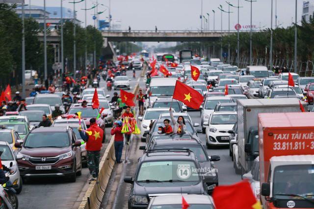Chùm ảnh: Người hâm mộ đổ xô đi đón U23 Việt Nam, đường đến sân bay Nội Bài ngập tràn sắc cờ bay - Ảnh 8.