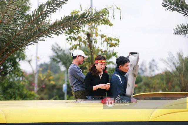 Chùm ảnh: Người hâm mộ đổ xô đi đón U23 Việt Nam, đường đến sân bay Nội Bài ngập tràn sắc cờ bay - Ảnh 9.