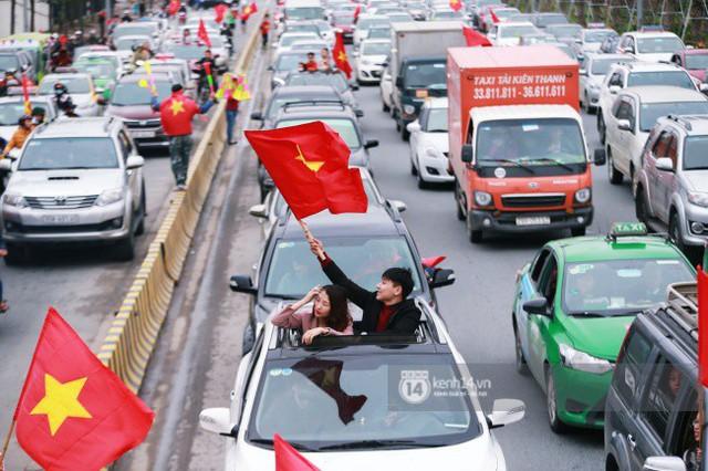 Chùm ảnh: Người hâm mộ đổ xô đi đón U23 Việt Nam, đường đến sân bay Nội Bài ngập tràn sắc cờ bay - Ảnh 10.