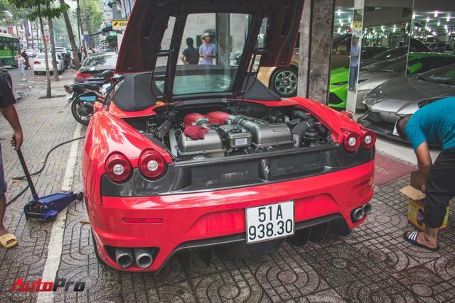 Hàng hiếm Ferrari F430 Spider tháo bánh lau chùi trên vỉa hè Sài Gòn - Ảnh 2.