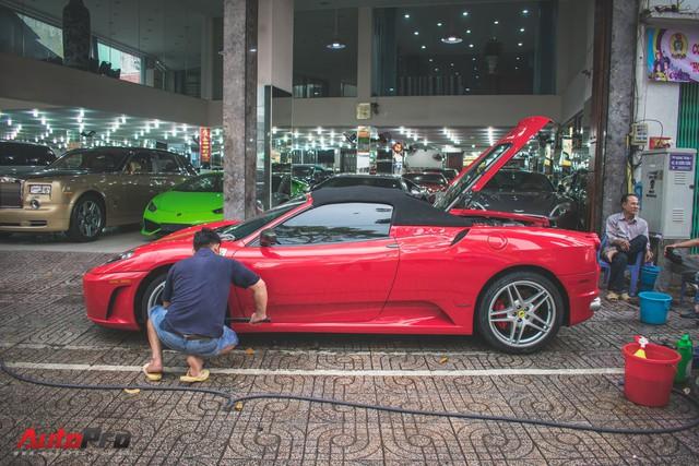 Hàng hiếm Ferrari F430 Spider tháo bánh lau chùi trên vỉa hè Sài Gòn - Ảnh 1.