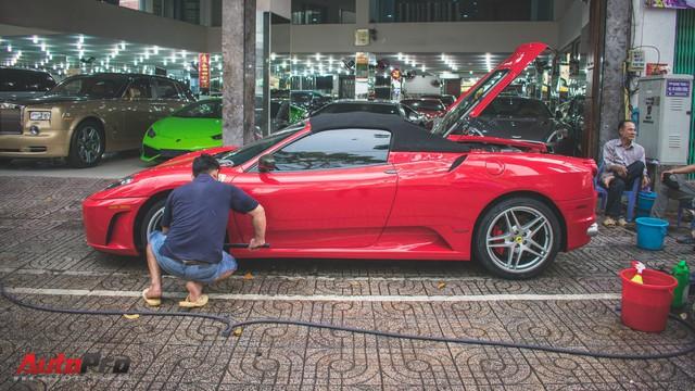 """""""Hàng hiếm"""" Ferrari F430 Spider tháo bánh lau chùi trên vỉa hè Sài Gòn"""