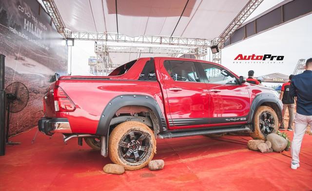 Soi kĩ Toyota Hilux TRD Sportivo 2018 lần đầu tiên ra mắt tại Việt Nam - Ảnh 2.