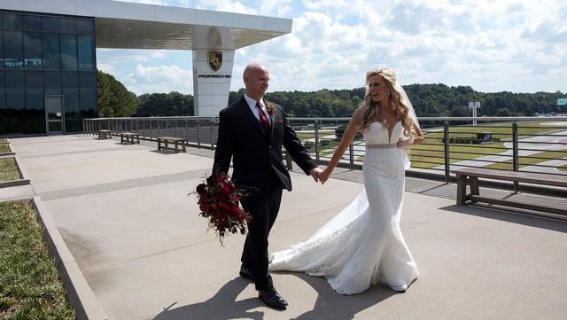 Khi dân cuồng Porsche tổ chức đám cưới: Cô dâu, chú rể đứng trên Cayenne chạy quanh trường đua - Ảnh 2.