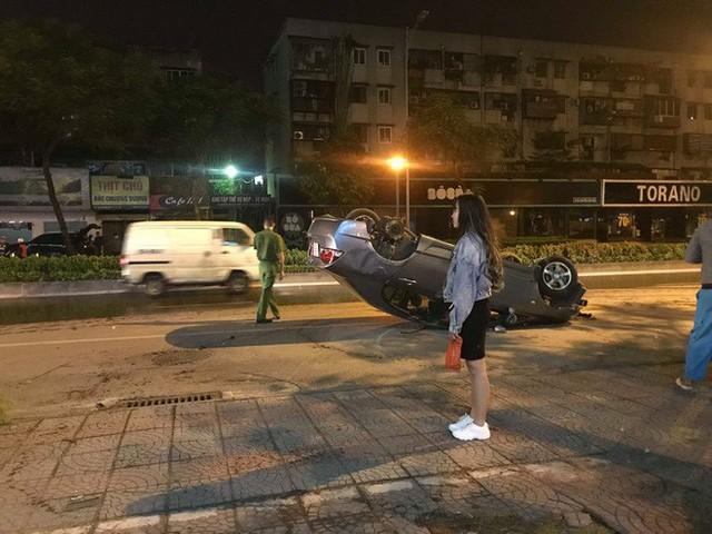 Hà Nội: Ô tô mất lái đâm liên tiếp trụ nước, cột đèn điện rồi lật ngửa giữa đường, tài xế may mắn thoát chết - Ảnh 2.