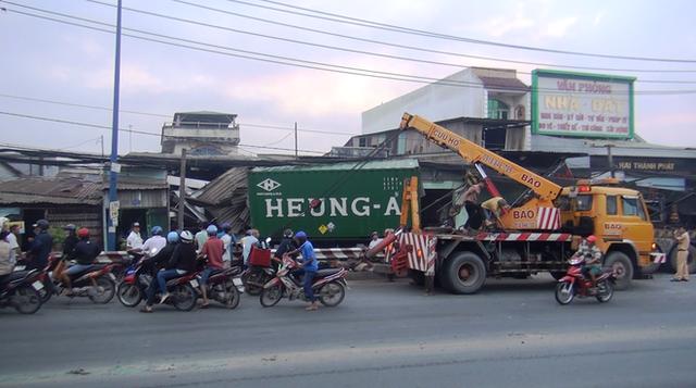 TP. HCM: Tránh người chạy bộ qua đường, xe container tông sập hàng loạt ngôi nhà, nhiều người dân la hét kêu cứu - Ảnh 1.