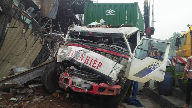TP. HCM: Tránh người chạy bộ qua đường, xe container tông sập hàng loạt ngôi nhà, nhiều người dân la hét kêu cứu - Ảnh 2.