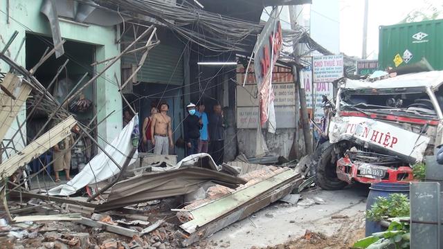 TP. HCM: Tránh người chạy bộ qua đường, xe container tông sập hàng loạt ngôi nhà, nhiều người dân la hét kêu cứu - Ảnh 3.