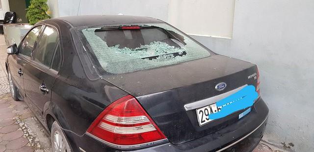 Hà Nội: Cốc thủy tinh từ trên chung cư rơi xuống làm vỡ tan tành kính ô tô, cái cốc không hiểu sao chả sứt mẻ gì - Ảnh 2.