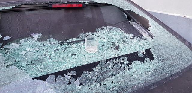 Hà Nội: Cốc thủy tinh từ trên chung cư rơi xuống làm vỡ tan tành kính ô tô, cái cốc không hiểu sao chả sứt mẻ gì - Ảnh 3.