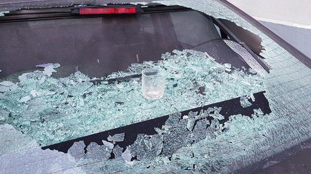 Hà Nội: Cốc thủy tinh từ trên chung cư rơi xuống làm vỡ tan tành kính ô tô, cái cốc không hiểu sao chả sứt mẻ gì