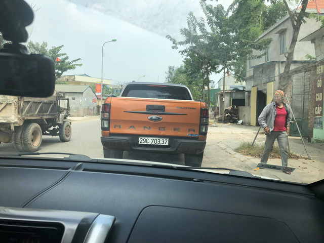 Lái xe Ranger tốt bụng, đuổi theo 20km trả lại ví có 20 triệu cho tài xế ô tô ở Hà Nội - Ảnh 2.